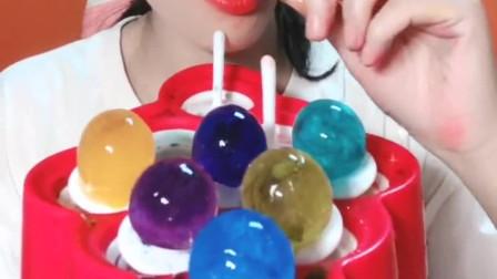 可爱小姐姐直播吃棒棒糖,七彩颜色的棒棒糖,太漂亮了!