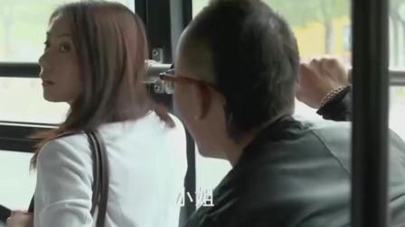 美女公交车上遇到流氓,小伙挺身而出,直接强吻美女