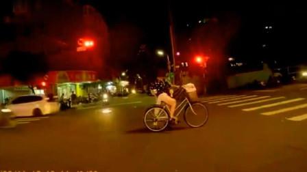 千万不要穿裙子骑自行车,后果很尴尬