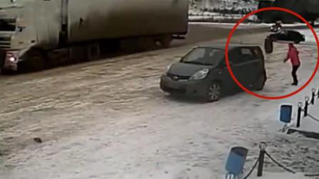 红衣女子路边走着,下一秒拔腿就跑救了自己一命,监控拍下这一幕