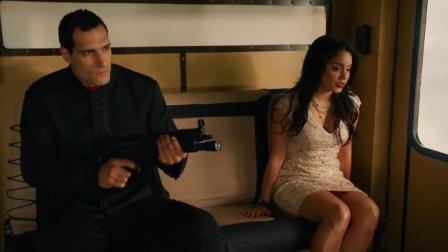 弯刀杀戮:男子把美女丢下飞机,还不忘记补两枪,可惜了