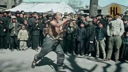 外媒拍摄:1949年北京街头艺人,敬业精神令如今艺人们汗颜