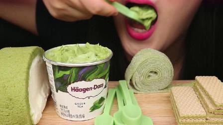 """吃各种""""绿色食品"""",抹茶冰淇淋很美味,就是太费巧克力勺子"""