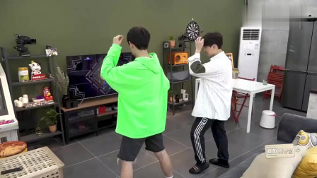 做家务的男人:尤长靖原本在练声,汪苏泷在跳舞,他也加入了汪苏泷的跳舞!