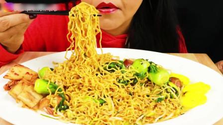 国外美女吃播:虾仁、香肠和蔬菜炒饭