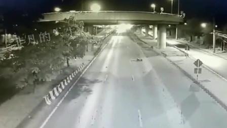 女司機被撞掉下立交橋又遭大貨車2次碾壓監控拍下的恐怖車禍