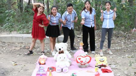 同学们学习好老师奖励同学玩套圈游戏结果小楠套中好多粘牙糖