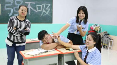 女同學偷用老師的化妝品趁男同學睡覺給他化妝老師反應太逗了