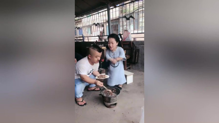 袖珍人小姐姐家馨和男朋友一起吃烤肉,微笑样子像极爱情