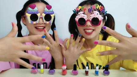 倆閨蜜戴搞怪ldquo蛋糕眼鏡rdquo互涂五彩指甲開心裝扮樂趣多