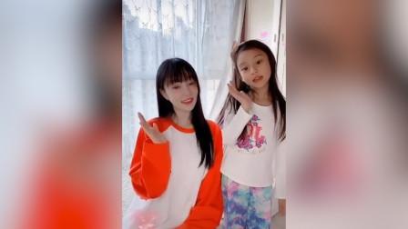 李小璐与甜馨合拍视频,甜馨长发披肩,与母亲长得越来越像
