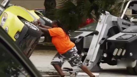 女司机被人抢了车位,女司机霸气侧漏,徒手将男子的车推翻!