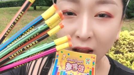 可爱小姐姐直播吃果冻铅笔糖,五彩颜色的铅笔糖,吃起来好甜啊!