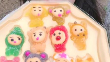 可爱小姐姐直播吃小猫咪形状的糖果,五彩颜色的糖果,好好吃啊!