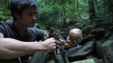 小伙丛林生存,吃的食物也是不敢恭维,网友:真是吓人!