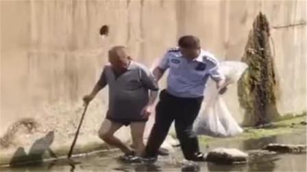 【重庆】78岁老人下河捞鱼 因不熟悉水域情况被困河中央