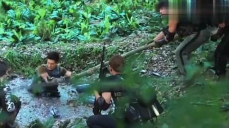 特种兵陷入沼泽,队友想把他拉出来,不料下一秒却浮出了一枚炸弹!