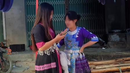 越南街头偶遇穿苗族服装的姑娘,面对镜头害羞了