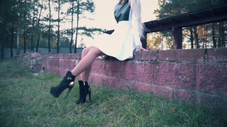 小姐姐的这一身搭配美妙绝伦。这双高跟鞋真漂亮