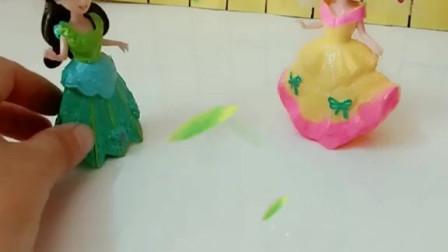 育儿亲子游戏玩具:贝儿巫陷白雪偷了她的发卡