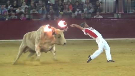 无良外国人竟在牛角上绑火把,也不怕牛牛发怒了吗?快来看看吧