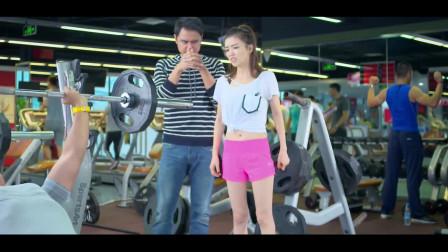 美女都喜欢去健身,于莎莎带着男友一起,太好玩了