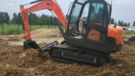 挖机小伙花5个月工资,买辆全新65型号挖掘机,太激动,众人围观