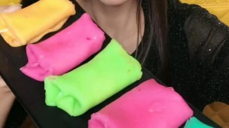 可爱小姐姐直播吃毛巾卷蛋糕,绿色的抹茶味毛巾卷,太美味了!