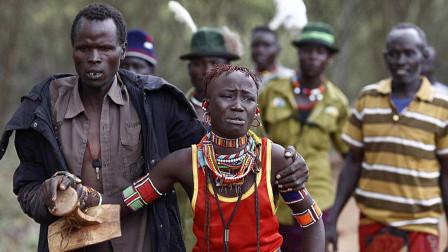 非洲部落的奇葩婚礼,新娘在小屋痛苦,只有父母和新郎很开心