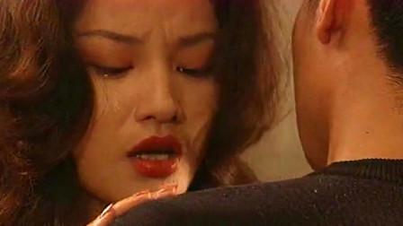 红绒花:美女失恋委屈哽咽,跑到男老师家中,情难自禁搂住男子