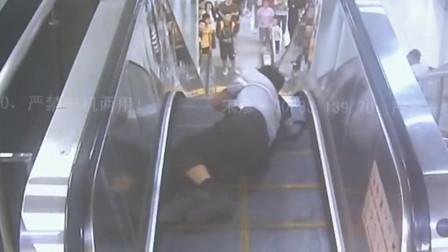 老人地铁乘扶梯突然摔倒 两小伙翻越栏杆救援