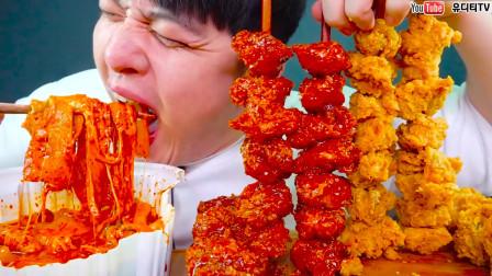 """韩国""""深渊巨口""""小哥:芝士炒年糕+炸肉串,吃什么都是一口吞,真过瘾"""