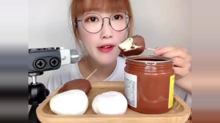 声控吃播:小姐姐吃脆皮糯米糍,网友:这声音绝了!