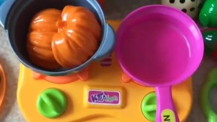 起锅烧油做菜啦,先蒸一个大南瓜,再炒一个胡萝卜,小朋友们还会做什么菜呢