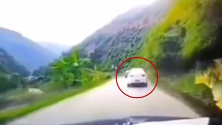小车突遭落石击中顶部被砸穿 险些翻下公路