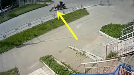 女孩横穿马路,摩托男子撞了上去,下一幕摩托车的举动让人唾骂