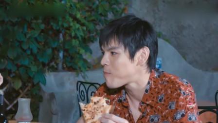 向佐一大块披萨直接塞嘴里,一点形象都不顾及,吃的好过瘾啊