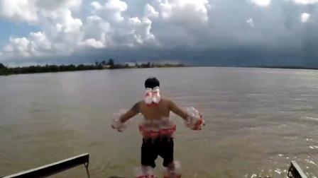 小伙用可乐瓶自制救生服,跳进水里能活命吗?网友:这也太难受了