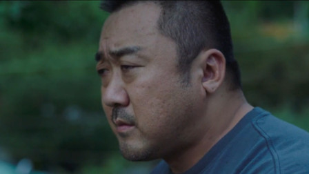 马大叔温馨再现,一个拳击老师拯救学生的精彩电影——《邻里的人们》