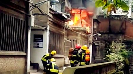 【重庆】重庆一楼房发生火灾 熊熊烈火蹿出窗口