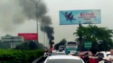 【重庆】重庆渝黔高速一车辆起火 现场火势凶猛黑烟冲天