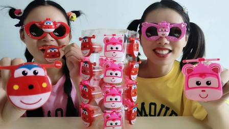 """俩闺蜜装扮""""超级飞侠"""",戴眼镜吃怪嘴糖,搞怪超逗乐"""