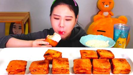 韩国大胃王卡妹,吃播不知道炸的是什么美食,蘸着沙拉酱吃真不错