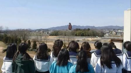 少女们听到学校外有巨响,上天台发现,有个50米高的巨型僵尸!