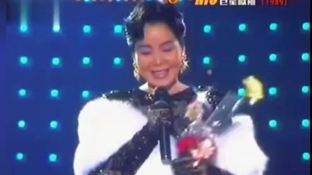 1989年邓丽君台上演出,成龙上台献花顺势亲吻,网友:不要脸