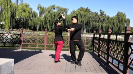 双人水兵舞《爱上一朵花》经典情歌,两位老师表演的太棒了