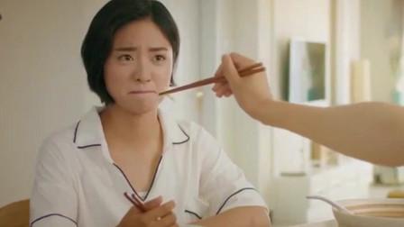 《致我们单纯的小美好》大结局:江医生一脸宠溺喂饭小妻子,两个人一吃全吐了,太难吃了