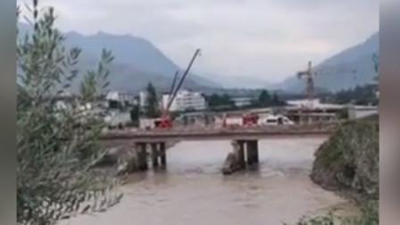 甘肃舟曲扶贫干部下乡时车辆坠河 搜救仍在进行