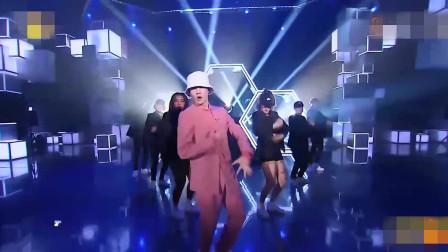 张艺兴一身粉色西装演唱《honey》,太动听又迷人!