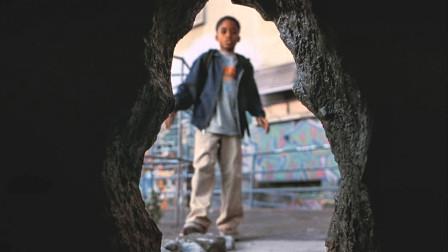 小男孩发现个大洞,准备靠近看看,却被里面的东西吓的连连后退
